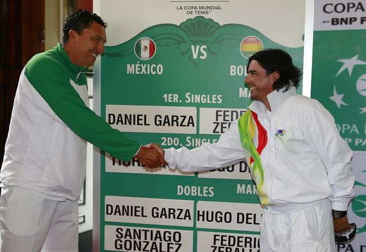 Leonardo Lavalle, capitán del equipo mexicano de Copa Davis, su contrapelo, Mauricio Solís, del equipo boliviano, se saludan. (Milenio Novedades)