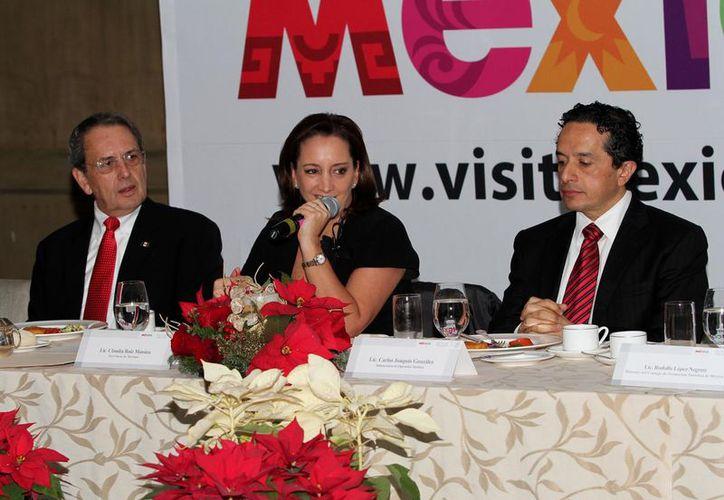 La secretaria de Turismo, Claudia Ruiz Massieu, sostuvo la primer reunión con los reporteros. (Notimex)