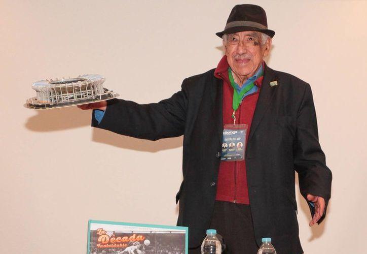 Melquiades Sánchez, quien desde 1966 es la Voz oficial del Estadio Azteca, recibió este miércoles un reconocimiento de la Universidad Anáhuac. (Notimex)