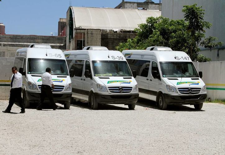 El servicio que brindan las camionetas de la ruta Cancún-Playa del Carmen-Cancún fue calificado con un ocho por los entrevistados. (Adrián Monroy/SIPSE)