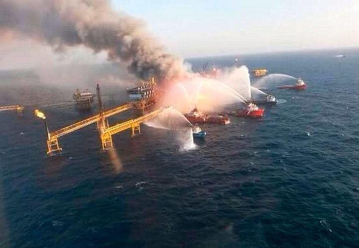 El incendio en la plataforma de Pemex dejó 4 muertos y 16 heridos, saldo al que ahora se suman 3 desaparecidos. (NTX)