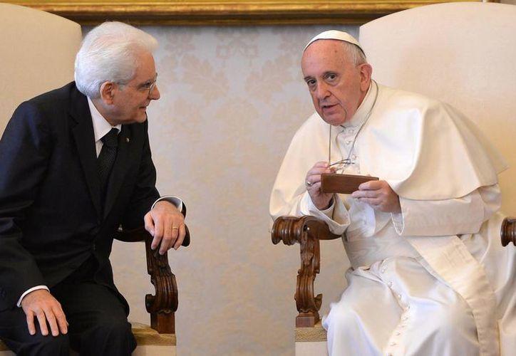 El Papa Francisco conversa con el presidente italiano Sergio Mattarella durante una audiencia privada en el despacho del Pontífice en el Vaticano. (Agencias)