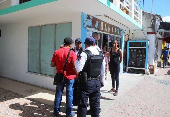 Al intentar escapar por la ventada de un hotel, la joven cayó; fue atendida por las autoridades. (Foto: Redacción)