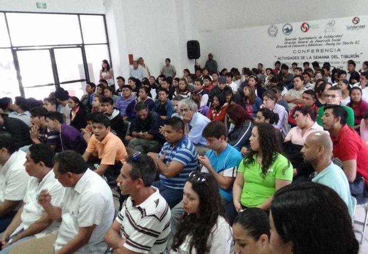 El arqueólogo subacuático, Guillermo De Anda Alanís, dio una conferencia ante estudiantes de Playa del Carmen. (Daniel Pacheco/SIPSE)