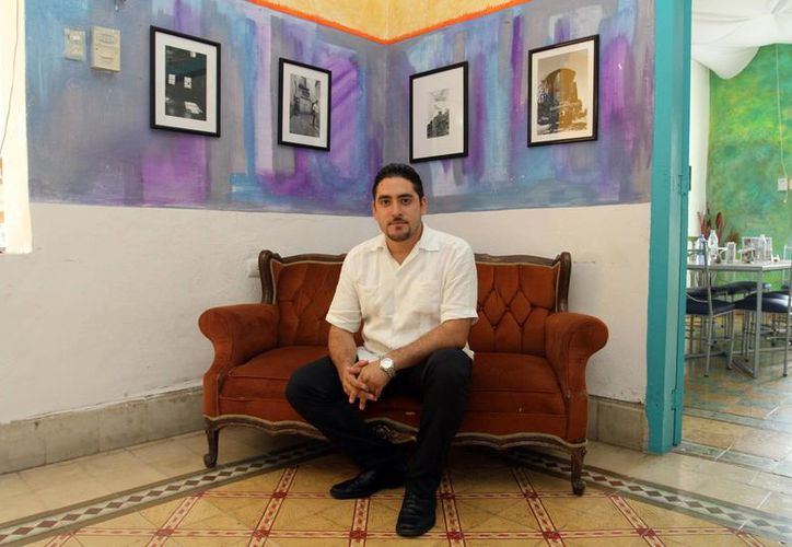 El artista visual Christian Estavillo Lara, presenta su muestra itinerante <i>Caminando sobre blancos y negros</i>, en un foro cultural del Centro Histórico de Mérida. (César González/SIPSE)