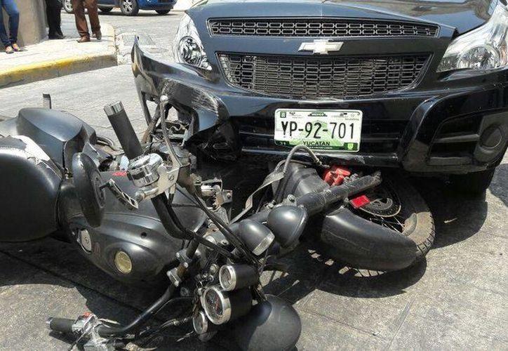 Imagen del choque entre una motocicleta y una camioneta en la calle 50 por 61 en el Centro Histórico. (SIPSE Noticias)