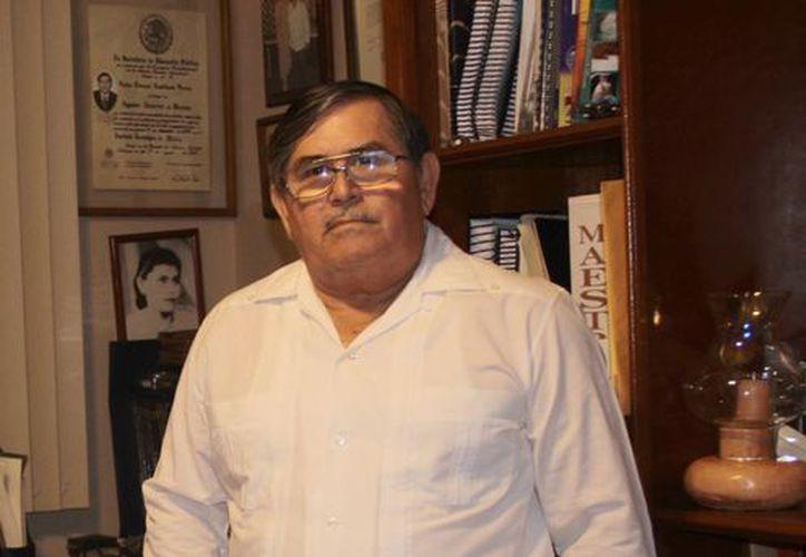 """""""Más que política partidista, me ha interesado la política gremial y en el caso de los colegios mi enfoque es idealista, porque colaboramos en leyes y normas"""", aseguró Carlos Lorenzo Castellanos Peraza. (Jorge Acosta/SIPSE)"""