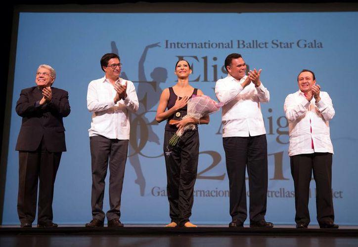 Elisa Carrillo Cabrera ofreció grata velada en el Peón Contreras. En la imagen, acompañado del Gobernador de Yucatán y diversas autoridades del medio. (Milenio Novedades)