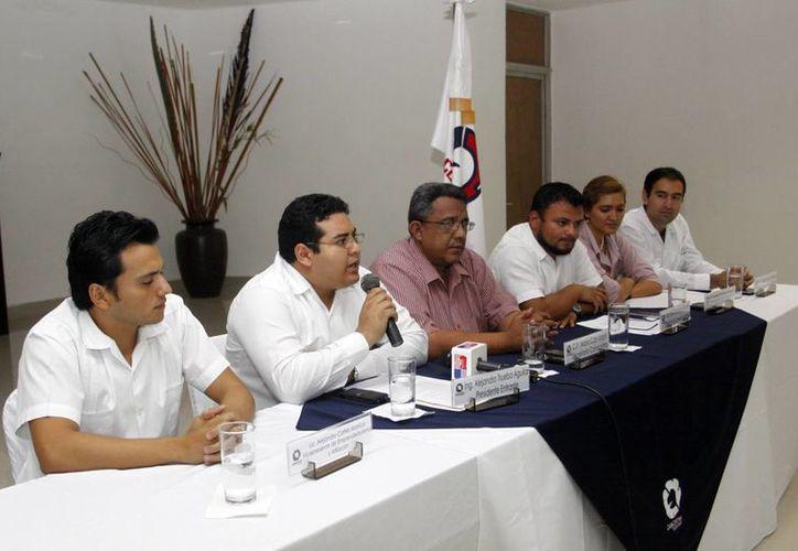 Alejandro Trueba, con micrófono en mano, rendirá protesta como presidente de la Comisión Juvenil. (Christian Ayala/SIPSE)