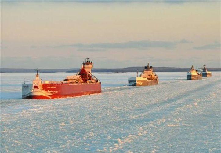 Un convoy de barcos de carga siguiendo a un rompehielos en el río St. Mary que une los lagos Superior y Huron. (Agencias)