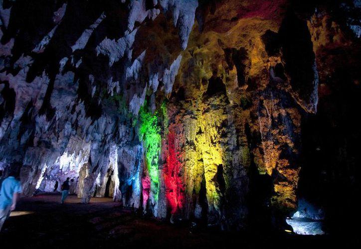 La iluminación led ha hecho más espectacular el recorrido por las grutas de Loltún, en Yucatán. (Notimex)