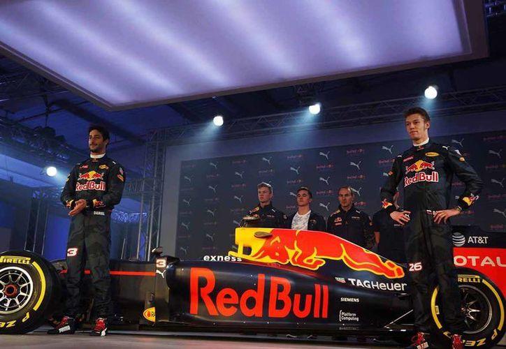 Red Bull Racing  presentó los nuevos colores del auto Fórmula 1 en un evento al que asistieron los  pilotos Daniel Ricciardo y Daniil Kvyat. (Notimex)