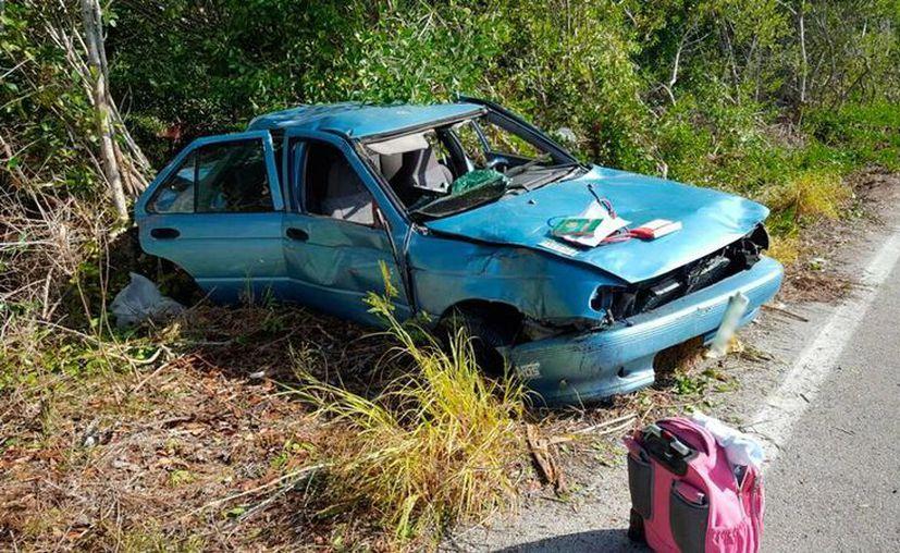 El conductor de un vehículo compacto perdió el control de la unidad, en la vía Mérida-Progreso, y dio varias volteretas hasta terminar en la maleza. (Gerardo Keb/SIPSE)