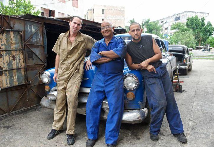 Demetrio Montalvo (c), con sus hijos Michel (i) y Hernan, protagonistas de la nueva serie de Discóvery, 'Cuban Chrome', sobre reparación y mantenimiento de autos clásicos norteamericanos en perfecto estado. (Foto: AP)