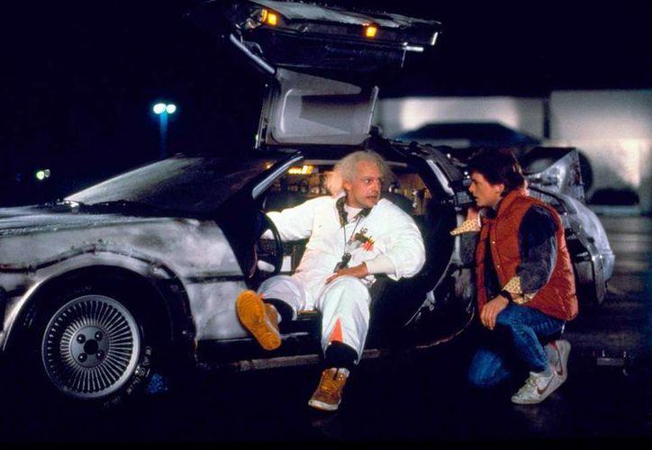 En esta imagen, porporcionada por Universal Pictures Home Entertainment, Christopher Lloyd, a la izquierda, como el Dr. Emmett Brown, y Michael J. Fox como Marty McFly en la película de 1985, 'Back to the Future'.  (Universal Pictures Home Entertainment via AP)