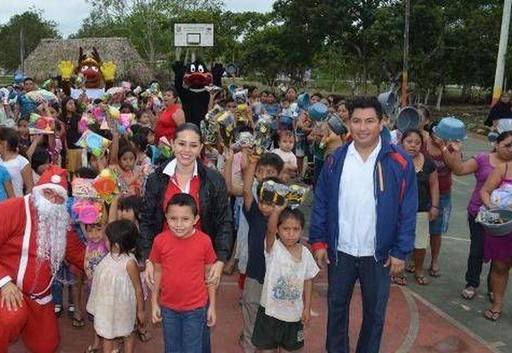 Funcionarios municipales llevan la esencia de la navidad a niños y niñas de las comunidades rurales. (Cortesía/SIPSE)
