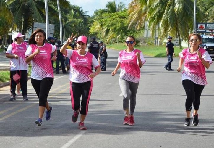 Participantes de la carrera portando el color rosa como símbolo de apoyo.(Ángel Castilla/SIPSE)