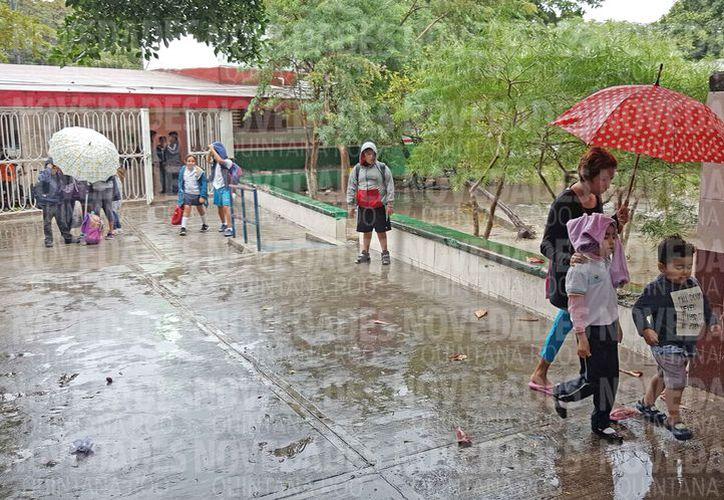 Las lluvias se registraron a la hora de entrada a clases. (Jesús Tijerina/SIPSE)
