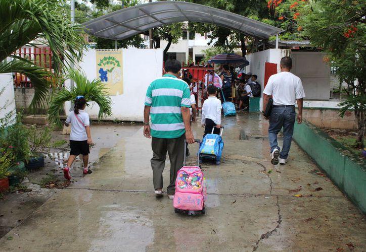El presidente de la Asociación de Padres de Familia, indicó que no saben cuántos faltaron por lluvias y cuántos por conjuntivitis. (Joel Zamora/SIPSE)