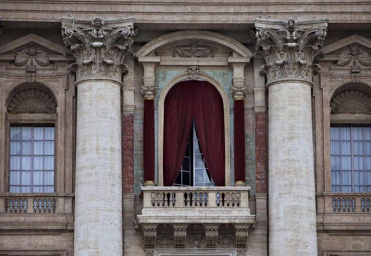 Por esta puerta, el nuevo Papa saludará por vez primera a la feligresía. (Agencias)