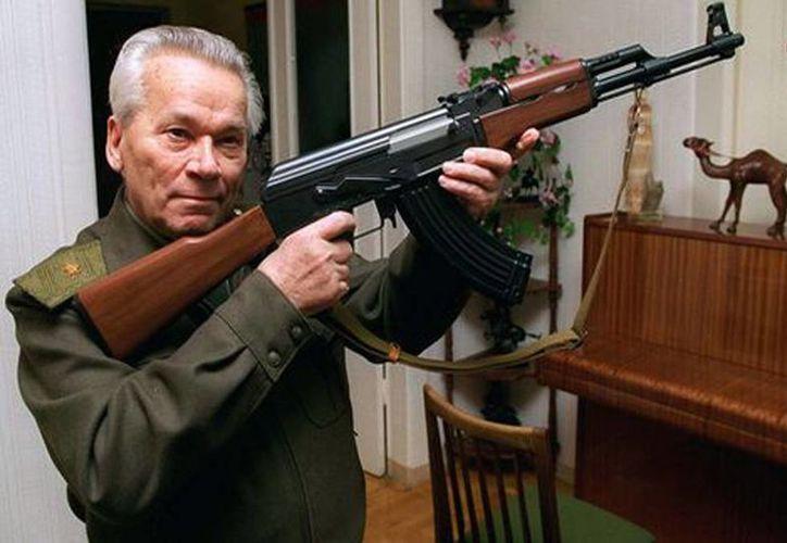 En la imagen, el creador del AK-47, Mijail Kalashnikov en julio de 2007 en una ceremonia para conmemorar el 60 aniversario del fusil. (Milenio)