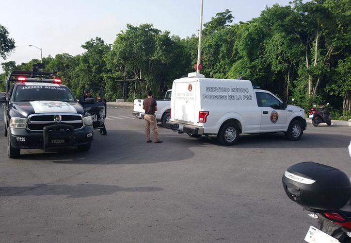 El cuerpo de la mujer, con seis impactos de bala, apareció el pasado martes al final de la avenida Chac Mool. (Redacción)