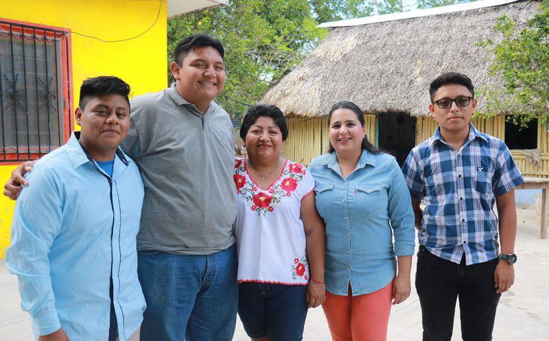 La candidata Mayuli Martínez con Manuel Jesús Canul, ejemplo del talento que hay en Quintana Roo.