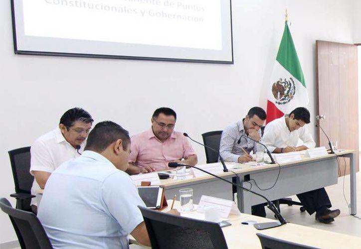 Diputados integrantes de la Comisión de Presupuesto, Patrimonio Estatal y Municipal del Congreso recibieron una iniciativa sobre la donación de un predio de Ucú para la UNAM. (Foto cortesía del Gobierno estatal)