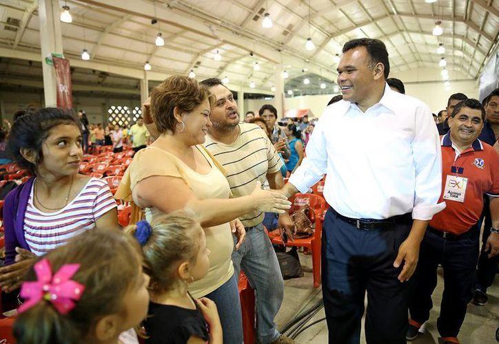 El gobernador de Yucatán, Rolando Zapata Bello, saluda a la gente en la clausura del encuentro 'Explosión juvenil'. (SIPSE)