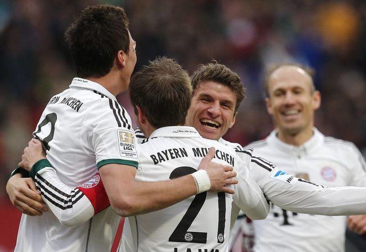 Los jugadores del Bayern felicitan a Philipp Lahm tras anotar el segundo tanto del encuentro. (Foto: Agencias)