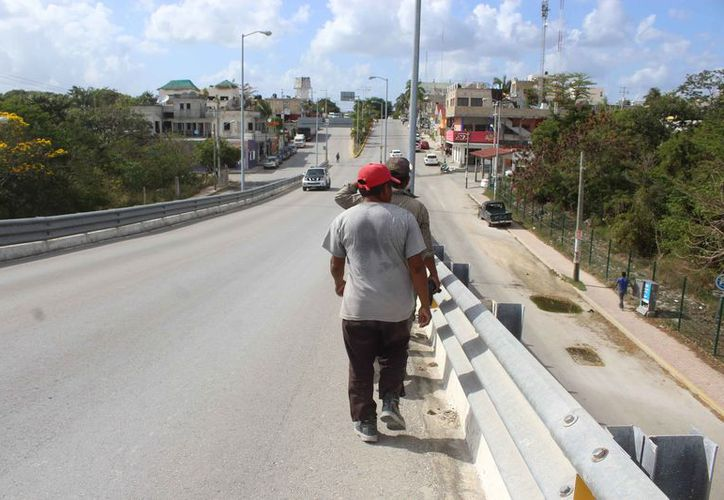 Las personas se exponen al utilizar el puente vehicular. (Sara Cauich/SIPSE)