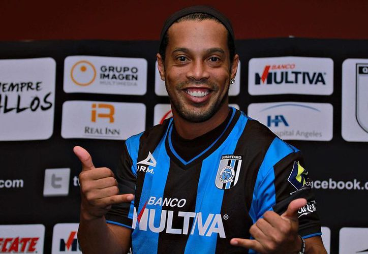 Ronaldinho podría salir de Gallos Blancos para enrolarse en el futbol africano por primera vez en su carrera. (xhkg.tv)