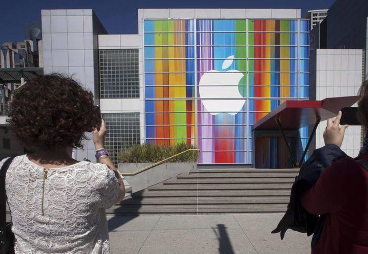 Apple ha afrontado unos tiempos difíciles últimamente por el desplome del precio de sus acciones. (EFE)