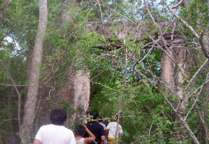 Del antiguo cementerio solo queda como evidencia este arco que servía como entrada. (Jorge Moreno/SIPSE)