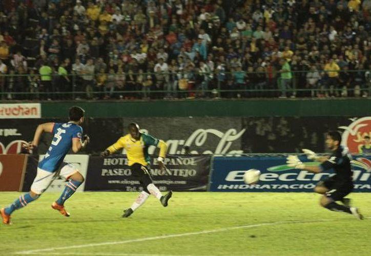 Jesús Corona (derecha) tuvo participación en la remontada de los Venados 2-1 ante el Cruz Azul en el partido de la Llave 1 grupo seis de la Copa MX. (Jorge Acosta/ SIPSE)