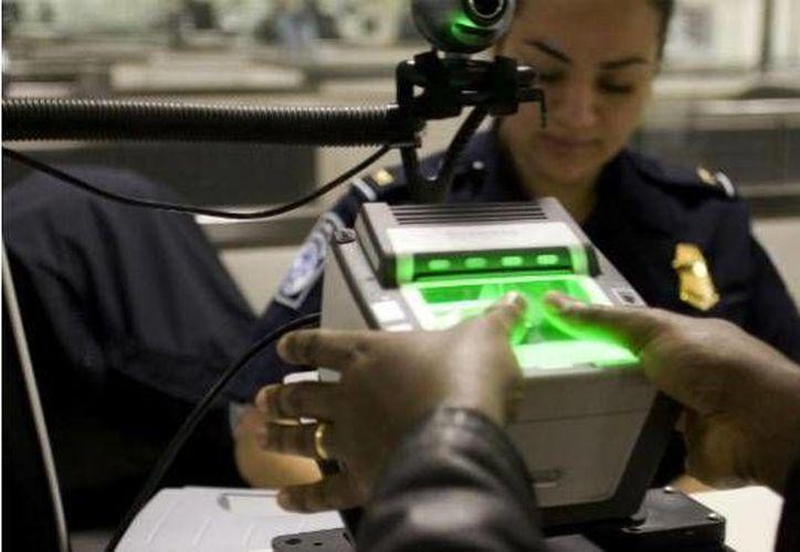 Si estás por viajar a Estados Unidos, debes tener en cuenta que los agentes fronterizos pueden pedirte acceso a tu información personal. (ViveUSA.mx)