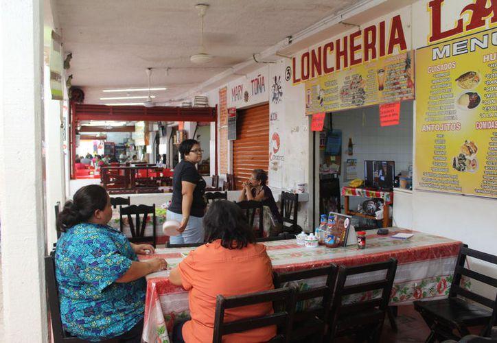 La Cofepris realiza revisiones en establecimientos de todo Quintana Roo para garantizar el buen manejo de los alimentos. (Daniel Tejada/SIPSE)