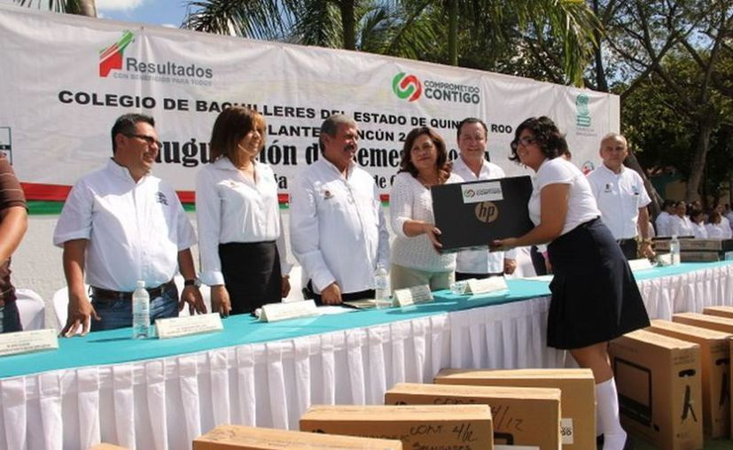 Autoridades de educación en la entrega de las computadoras para los diversos planteles. (Cortesía/SIPSE)