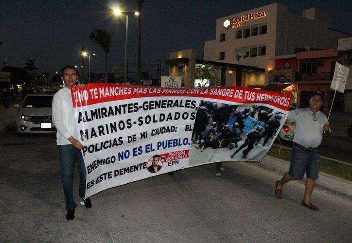 Maestros y padres de familia partieron del Museo de la Cultura Maya sobre la Avenida De los Héroes hacia el Palacio de Gobierno. (Ángel Castilla/SIPSE)