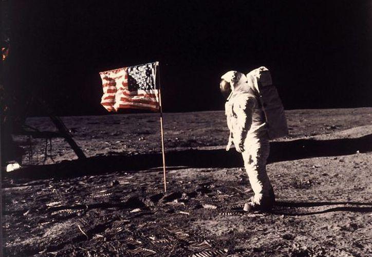 Imagen del 20 de julio de 1969, proporcionada por la NASA, en el que se ve a Edwin Aldrin en la superficie de la luna, cerca de la bandera de Estados Unidos. (Foto: AP/NASA, archivo Neil Armstrong)