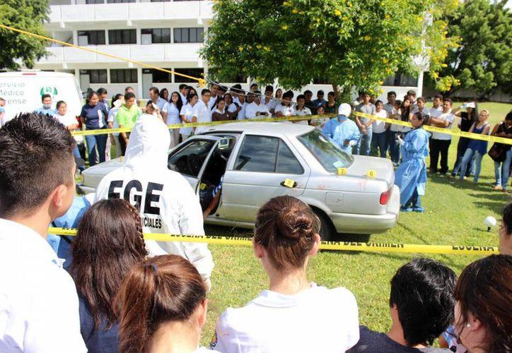La protección de la escena del crimen, básica para resolver un caso. Imagen de una demostración  a estudiantes por parte de la FGE. (Milenio Novedades)