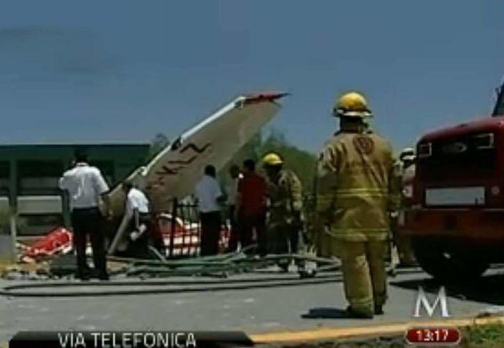 La avioneta estuvo sobrevolando la ciudad poco antes de estrellarse. (Captura de pantalla Milenio TV)