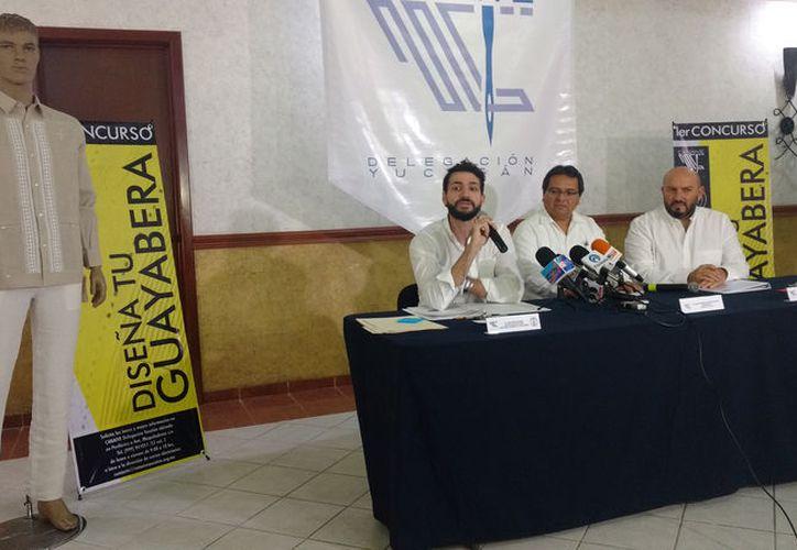 """La elaboración de uniformes escolares y el programa """"Así es la Guayabera"""" fortalecen a la industria. (Novedades Yucatán)"""
