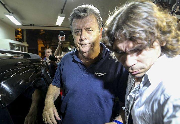 La Policía Civil de Río de Janeiro arrestó, el pasado lunes 7 de julio de 2014, a Raymond Whelan (i), uno de los directores de la Match Hospitality, empresa contratista de la FIFA, al que acusa de ser el jefe de una compleja red internacional de revendedores de las entradas para el Mundial Brasil 2014. (EFE/Archivo)