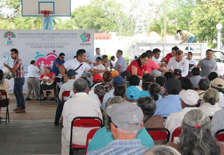 La entrega de apoyos se realizó en el domo deportivo. (Raúl Balam/SIPSE)