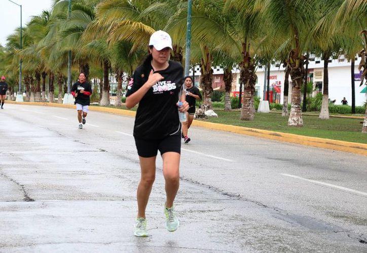 En el lapso en que se interrumpió la lluvia los atletas aprovecharon para cumplir con el objetivo de competir. (Raúl Caballero/SIPSE)