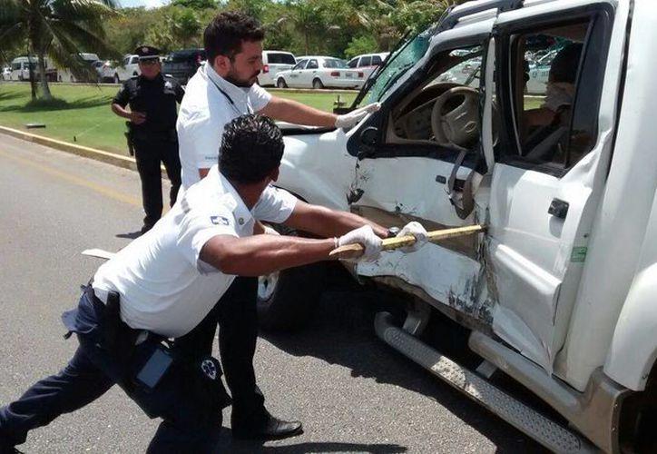 Las personas quedaron prensadas en su vehículo, resultado del impacto del tractocamión. (Redacción/SIPSE)