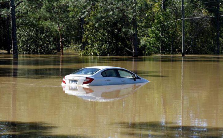 Vista de un auto sumergido, tras las inundaciones causadas por el paso del huracán Matthew, en Hope Mills, Carolina del Norte. (EFE)