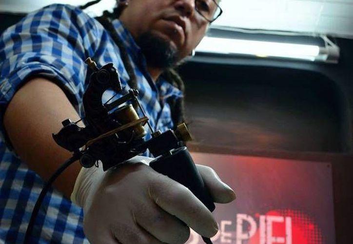 Fabián Henao logra que sobrevivientes del cáncer recuperen sus pezones y areolas mediante la técnica del tatuaje. El colombiano tiene programado visitar México, en los primeros días de noviembre. (facebook.com/lienzosdepielstudio)