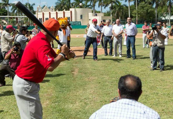El Gobernador durante el lanzamiento de la primera bola de la Liga Interestatal Yucateca 'Naxón Zapata'. (Milenio Novedades)
